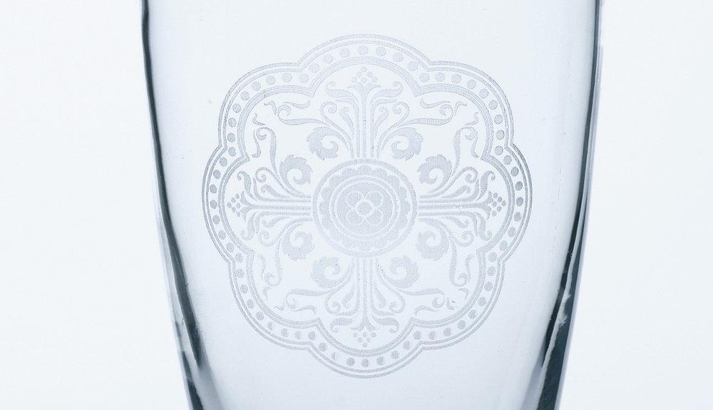 Gravure laser du verre et gravure du verre à l'acide